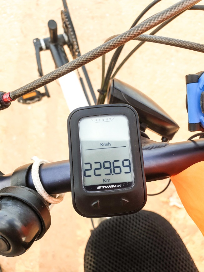Flat and tailwind: the perfect setup for a personal record, 230km in one day, 10h40min on the bike. Near PK31, Mauritania.